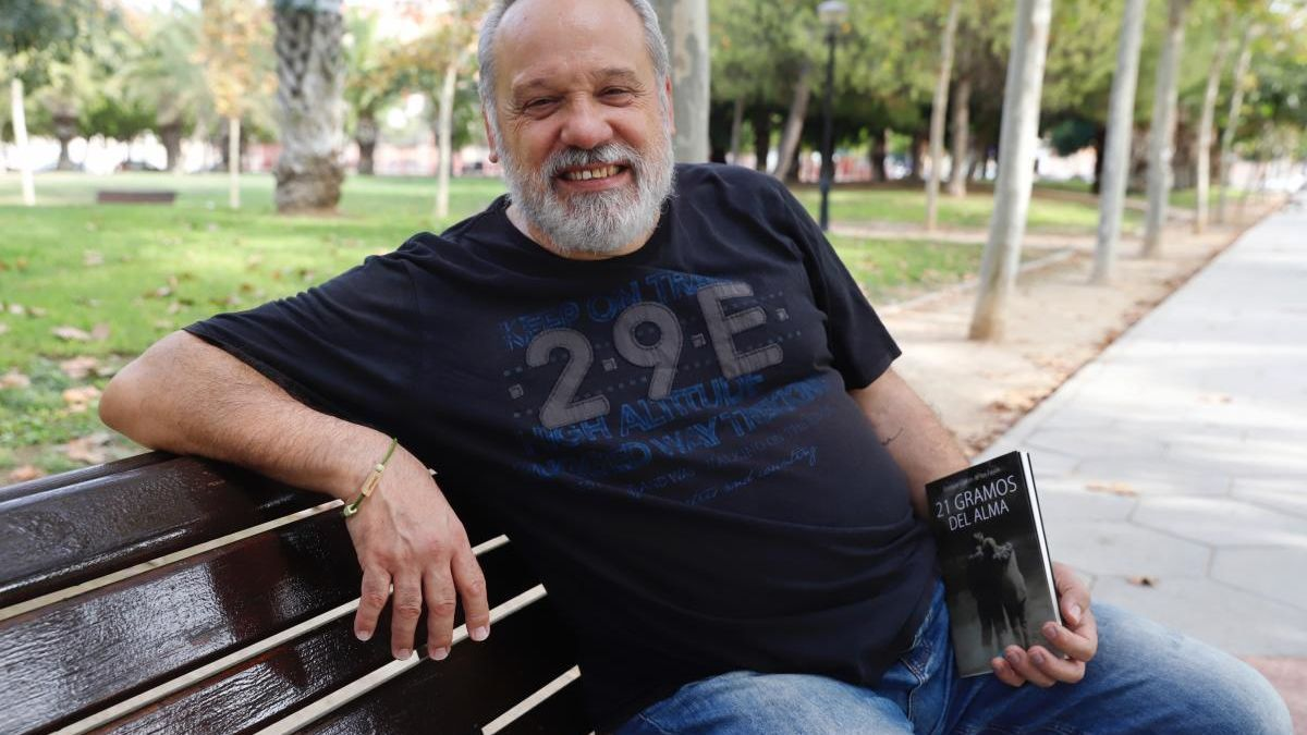 Enrique Garcés, con su nueva obra.