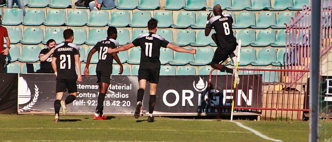 Maissa celebra su gol, con Gabri Salazar a su izquierda. |
