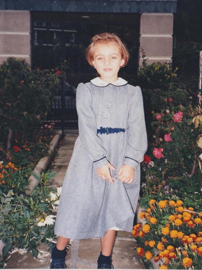 Lorena de pequeña en una foto del álbum familiar