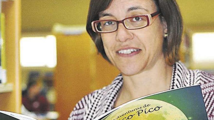 Natalia Carbajosa con su libro infantil premiado.