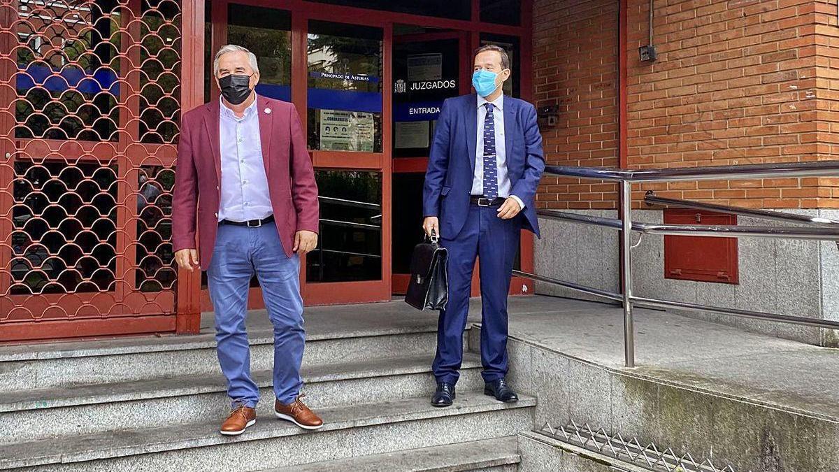 El alcalde de Mieres y su abogado, ayer, a la salida de los Juzgados.