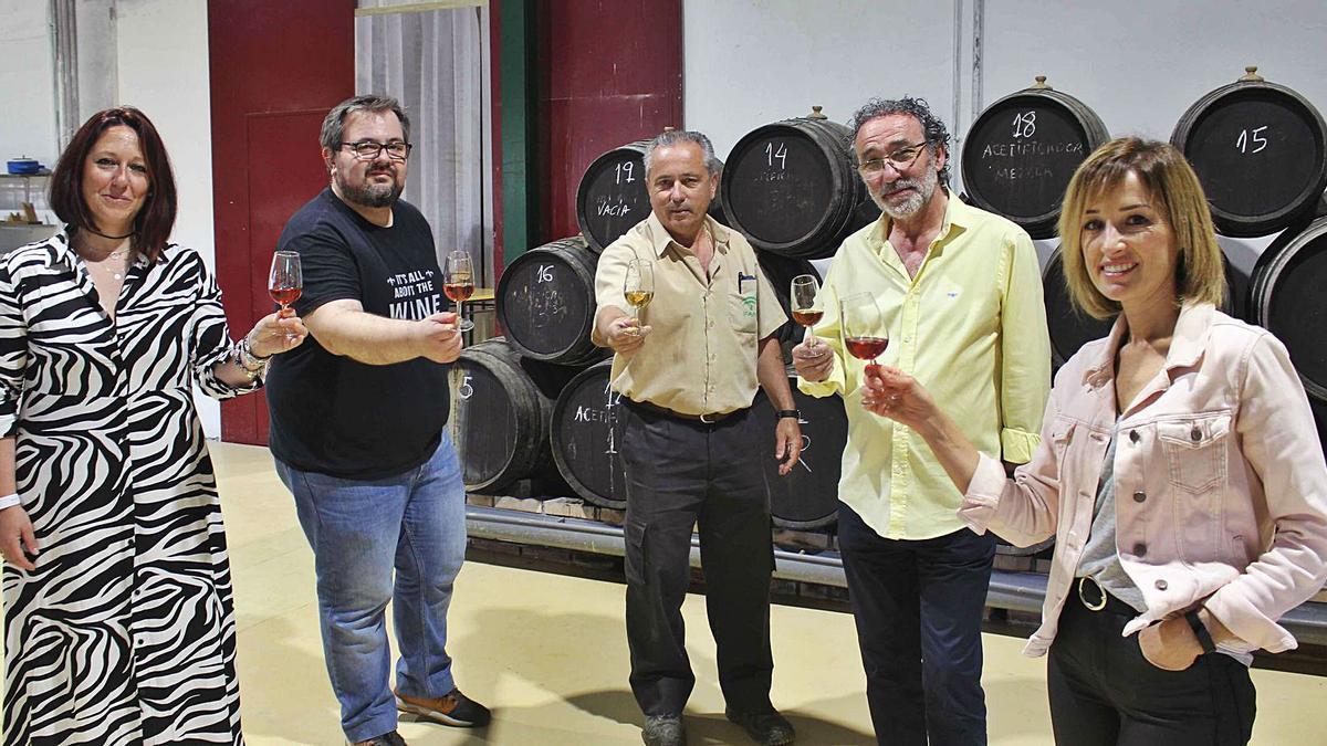 Los técnicos del Ifapa de Cabra, junto a los responsables de la empresa de Doña Mencía, en las instalaciones del centro egabrense.