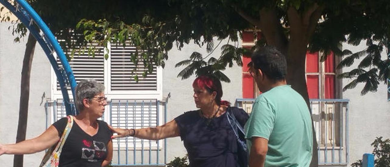 Saro Sosa (centro de la imagen), en la plaza de Las Huesas con vecinos.