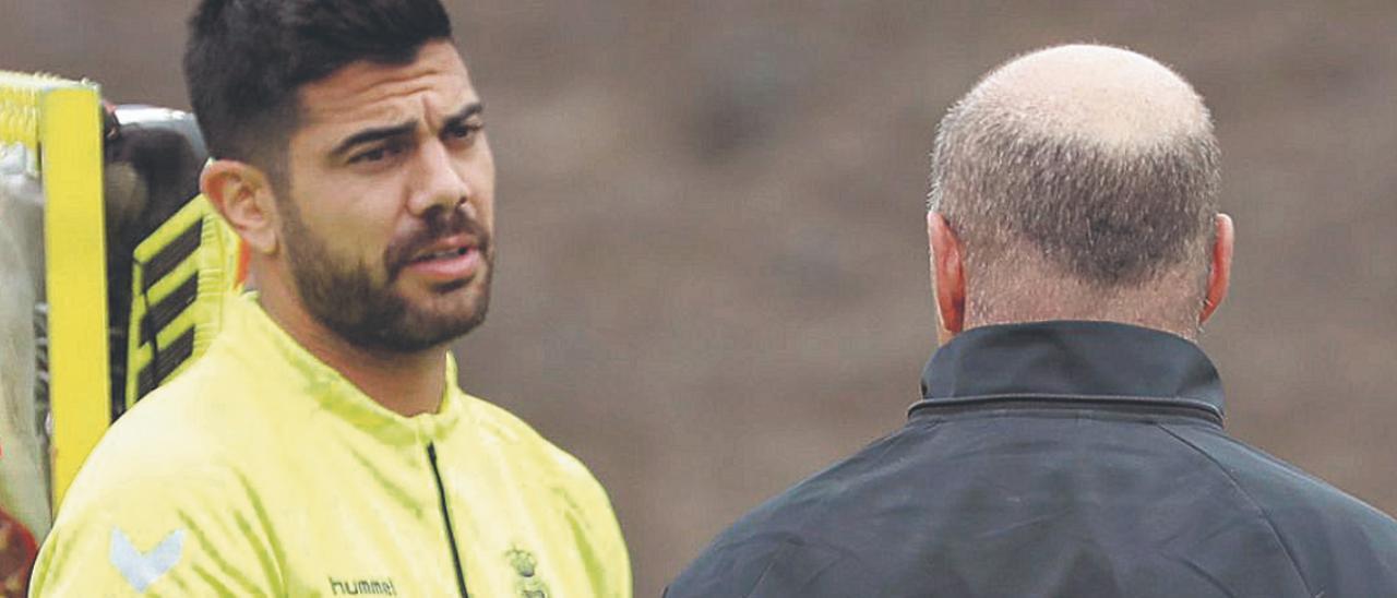 El capitán Aythami Artiles Oliva dialoga con José Mel Pérez, al término de una sesión preparatoria en la ciudad deportiva de Barranco Seco, el pasado curso.   | | QUIQUE CURBELO