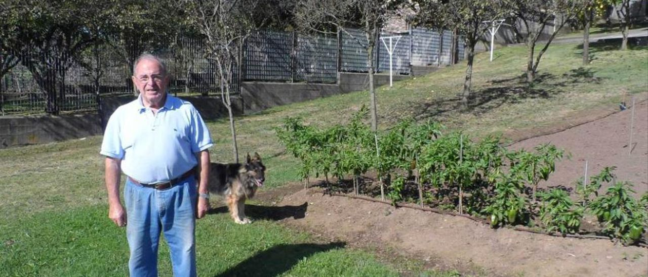 """Laureano González, con su perra """"Tosca"""", en su finca de La Matiella."""