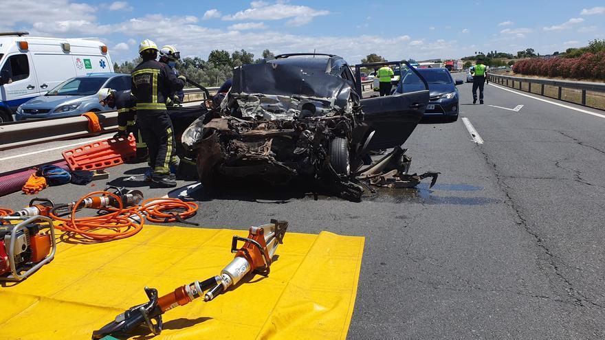 Al menos 3 fallecidos y 2 heridos graves en una colisión entre un coche y un camión en la A-4 cerca de Las Quemadillas