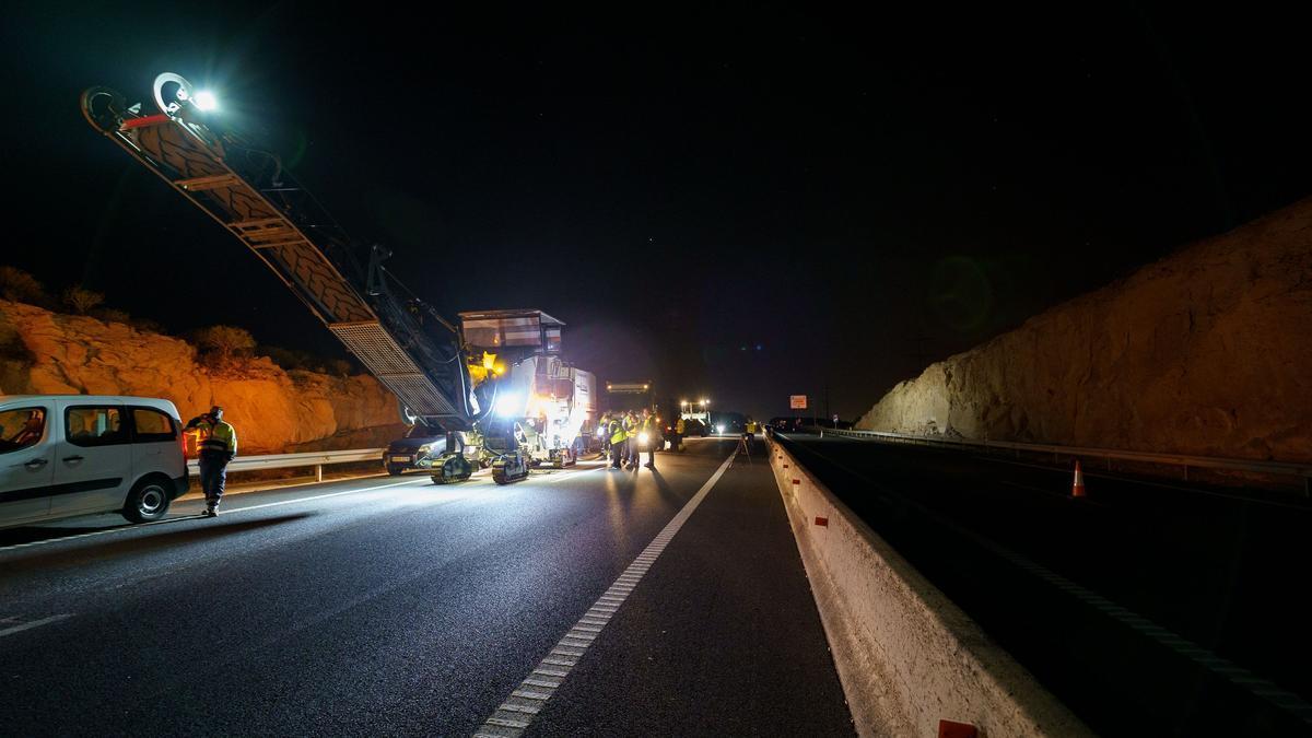 Obras de reasfaltado en la autopista del sur (TF-1).