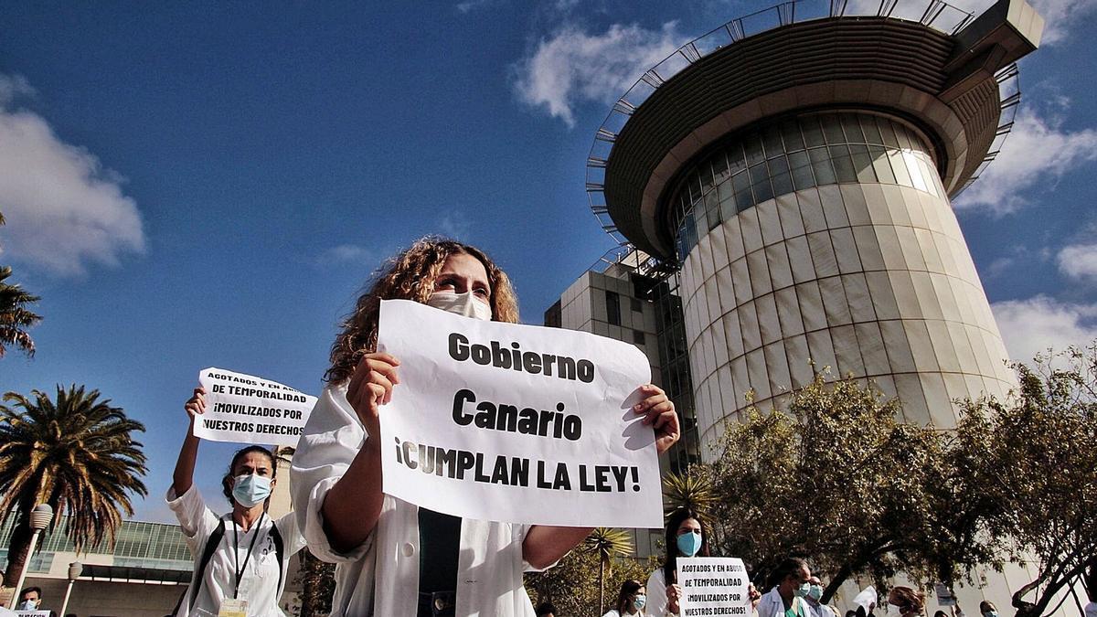Médicos temporales se manifiestan en el exterior del Hospital Universitario de Canarias por considerar que las oposiciones eran ilegales.