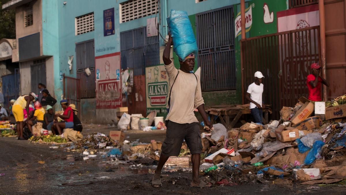 Un hombre camina este lune spor la capital de Haití, Puerto Príncipe.