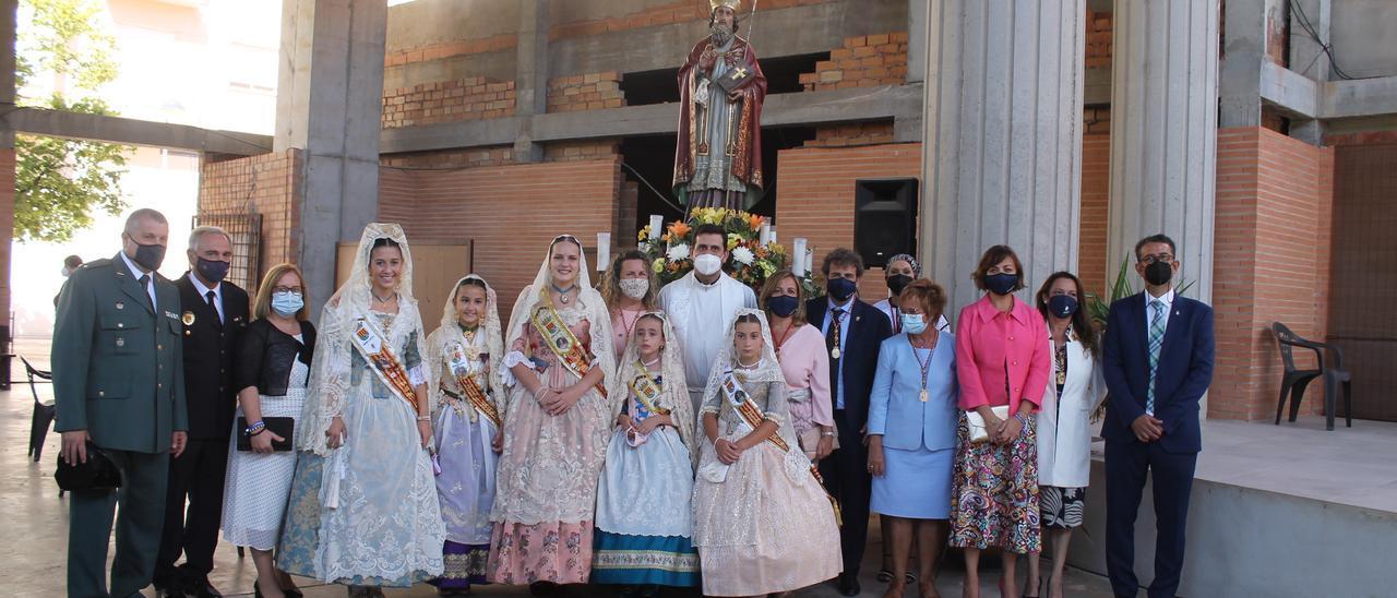 Autoridades políticas y festivas de Benicàssim posaron junto a la imagen de Santo Tomás de Villanueva en su día grande.