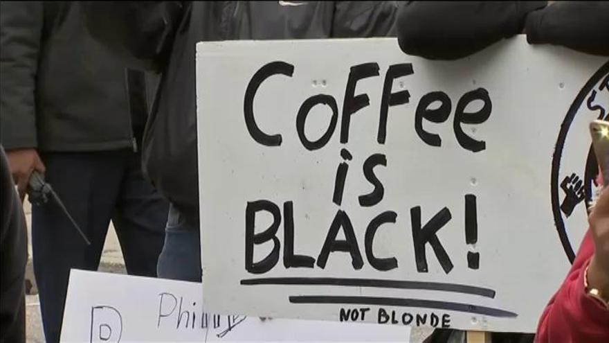 Detienen a dos hombres negros en un Starbucks de Philadelphia por no consumir
