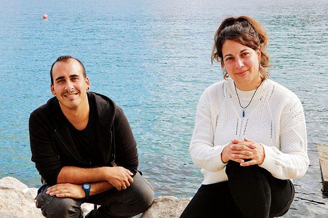 Der Tierkrankenpfleger Guillem Félix und die Meeresbiologin Clàudia Pich sind die Zieheltern der Hai- und Rochenbabys.