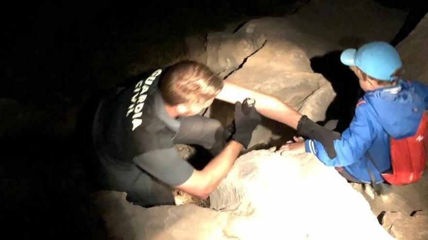 Rescatan de madrugada a un grupo de senderistas con tres niños en Benimantell