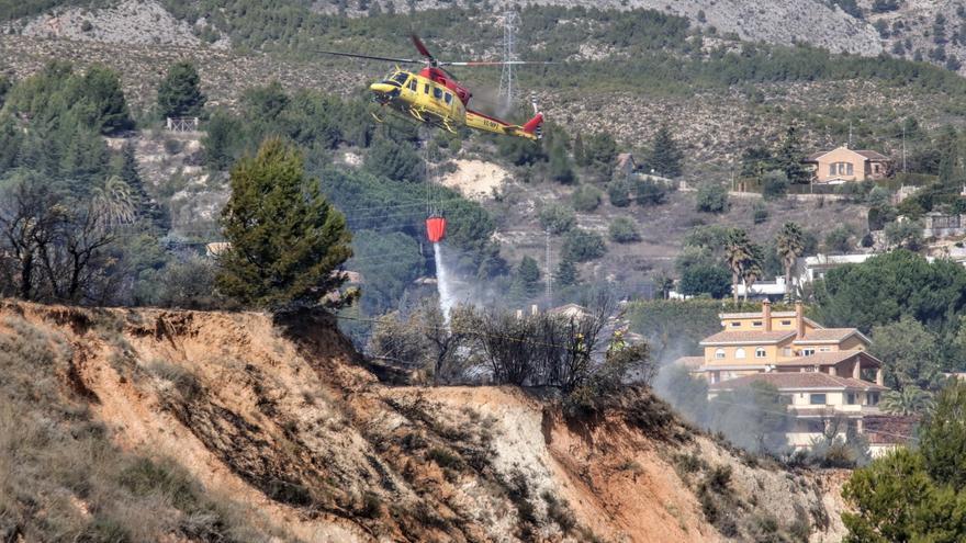Los bomberos apagan un incendio forestal en Alcoy