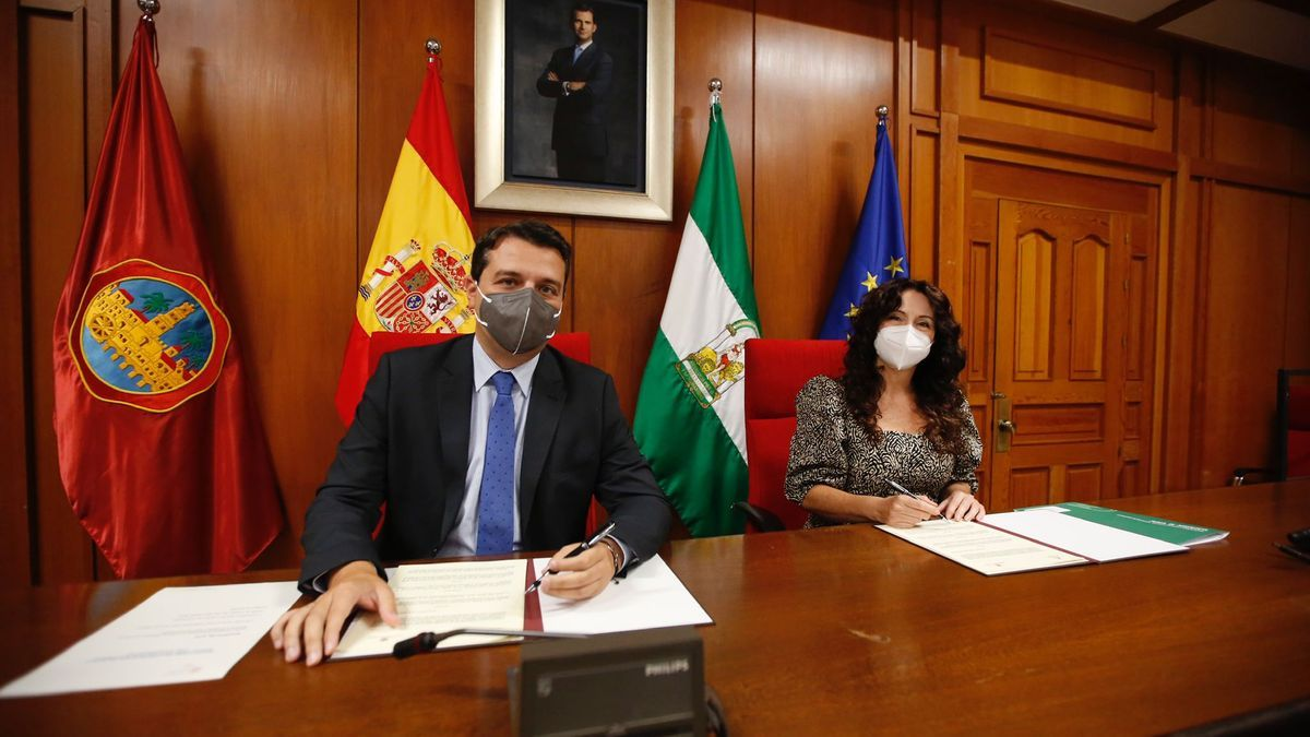 El alcalde de Córdoba, José María Bellido, y la consejera Rocío Ruiz, hoy en el Ayuntamiento de Córdoba.