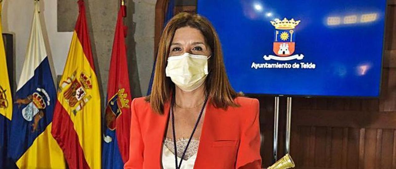 La alcaldesa, Carmen Hernández, con el bastón de mando. | |