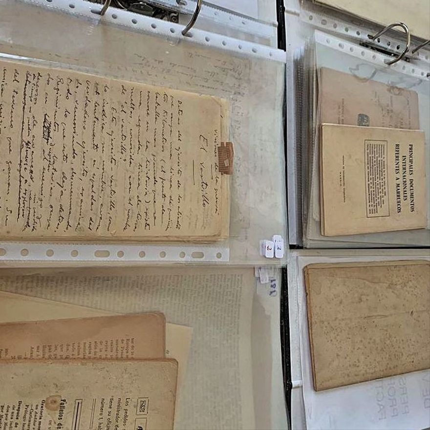 Varios documentos y una de las fotografías de Blasco de la colección de Noguera.