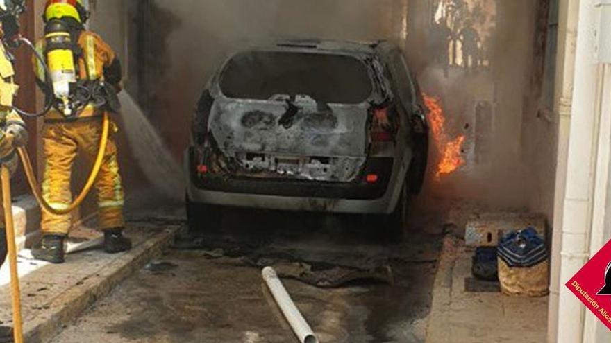 Dos vehículos arden en una calle estrecha del casco antiguo de Benissa