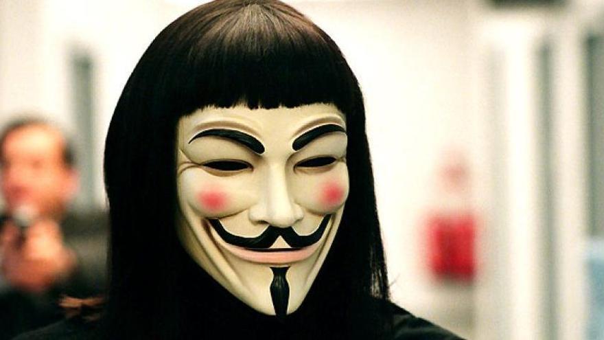 """Detenido por ponerse una careta de """"Anonymous"""" para acceder al portal de un familiar"""