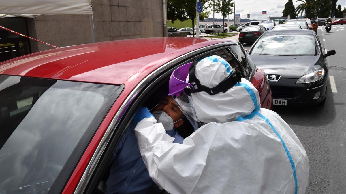 Un conductor se somete a una PCR en el CovidAuto junto al centro de salud de O Ventorrillo en A Coruña.