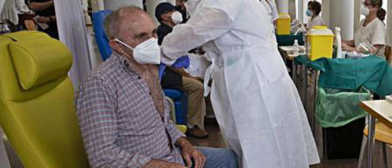 Vacunación en Sagunt. | DANIEL TORTAJADA