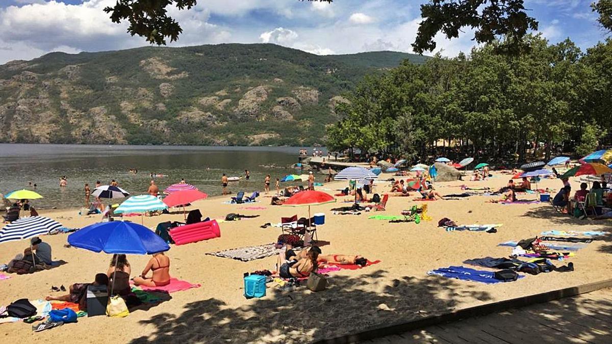 Un grupo de bañistas, en una de las playas del Lago de Sanabria. |