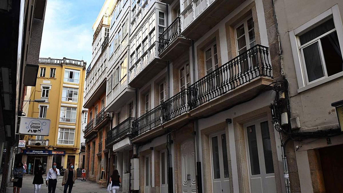 Viviendas de uso turístico en la calle Plaza, en la zona de San Agustín. |   // VÍCTOR ECHAVE