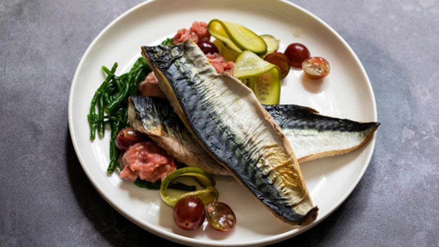 Makrelenfilet mit Baba Ganoush und Tomaten-Sesam-Vinaigrette
