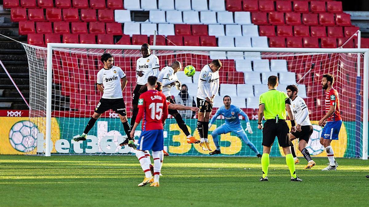 El balón se dirige a la portería en la falta que supuso el empate del Granada.  | EFE