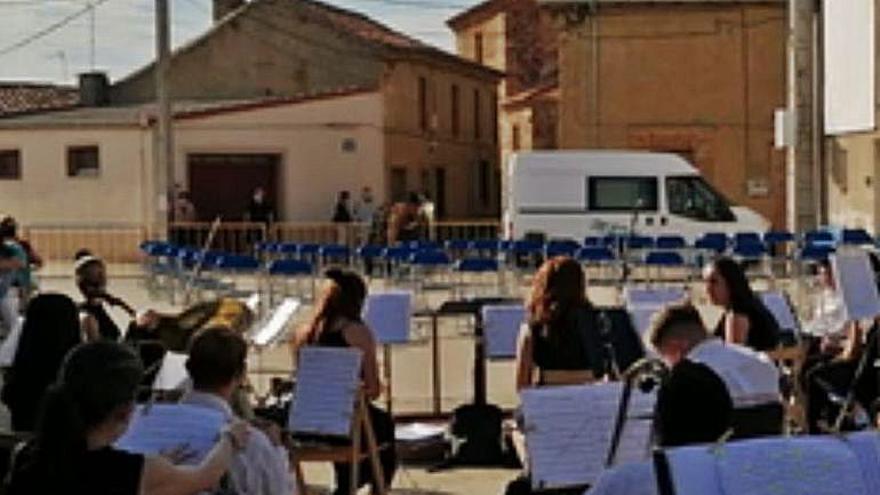 Maestro Lupi envuelve con su música la plaza de Santovenia, que apuesta por una tarde cultural por su patrona