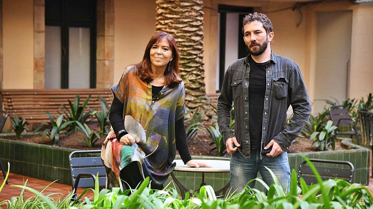 Maria del Mar Bonet y Borja Penalba, ayer, en el Ateneu Barcelonès.