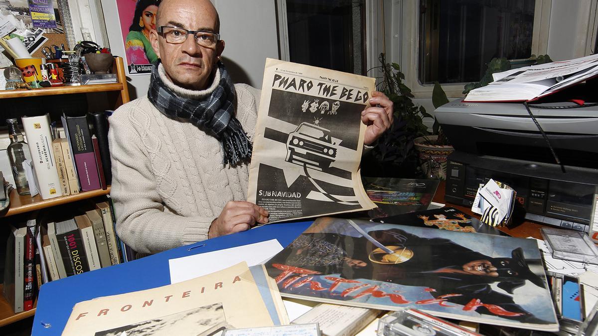 "Emilio Alonso muestra ""Pharo the be go"", suplemento de FARO DE VIGO durante la movida."