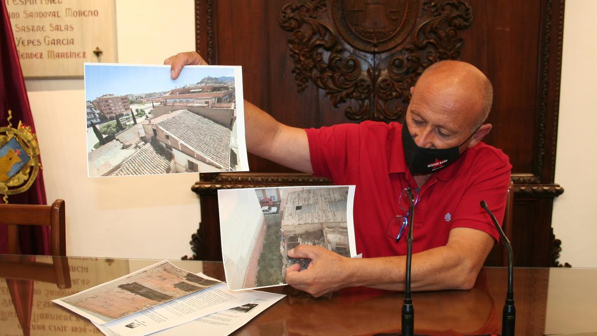 El edil Pedro Sosa muestra fotografías del estado de ruina de la casa.