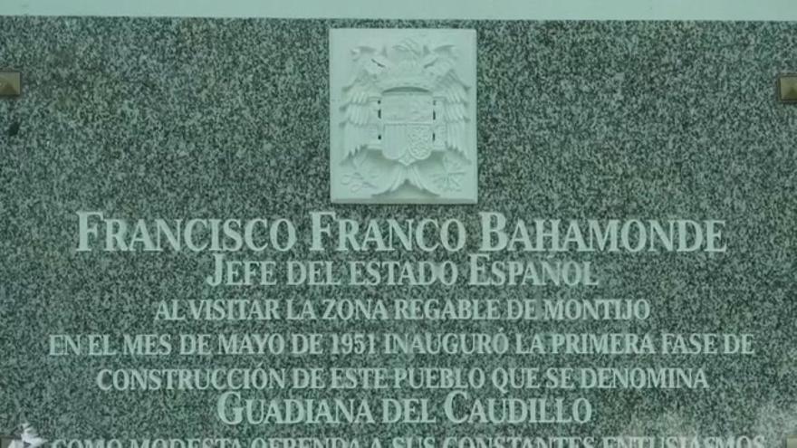 Retirada de símbolos franquistas en Guadiana