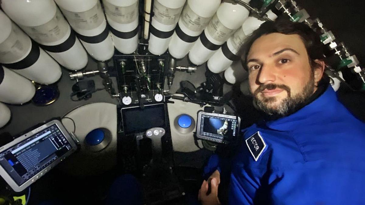 Héctor Salvador, en el batiscafo  que le llevó al tercer punto  más profundo del mundo. |   // L.O.