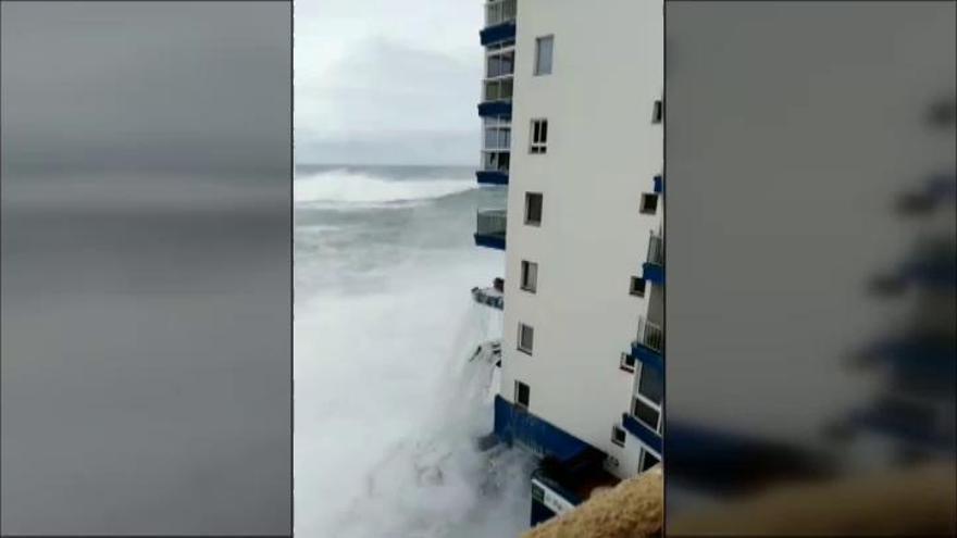 Las fuertes olas obligan a evacuar decenas de viviendas en Tenerife