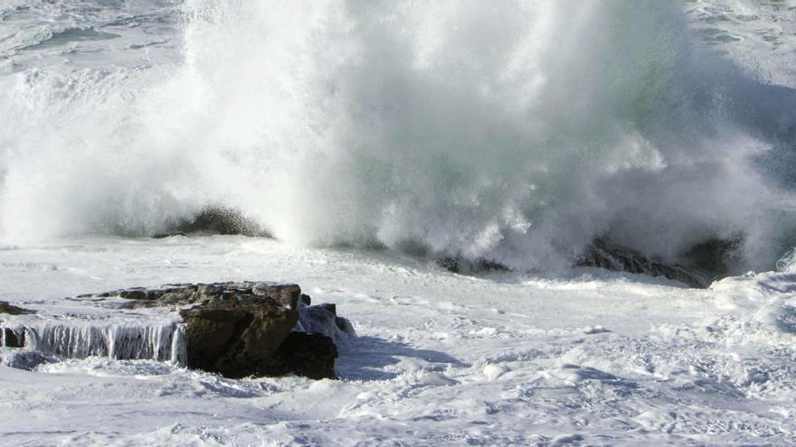 Rescatado menor del mar en zona rocosa de la que no podía salir