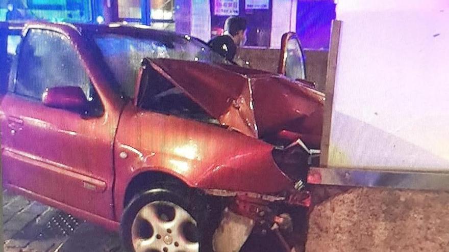 Choca contra un muro tras irrumpir en la plaza peatonal de Independencia de Vigo