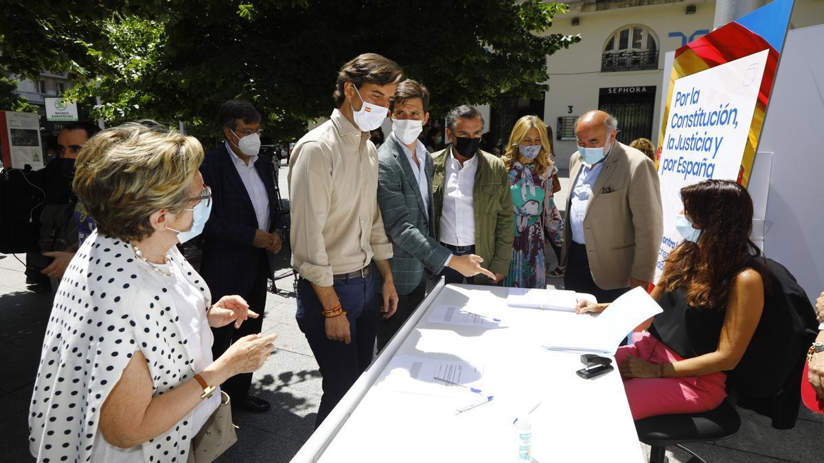 Montesinos, Celma, Beamonte, Vaquero y Aranda, en la recogida de firmas del PP contra los indultos, en la plaza de España, en Zaragoza.