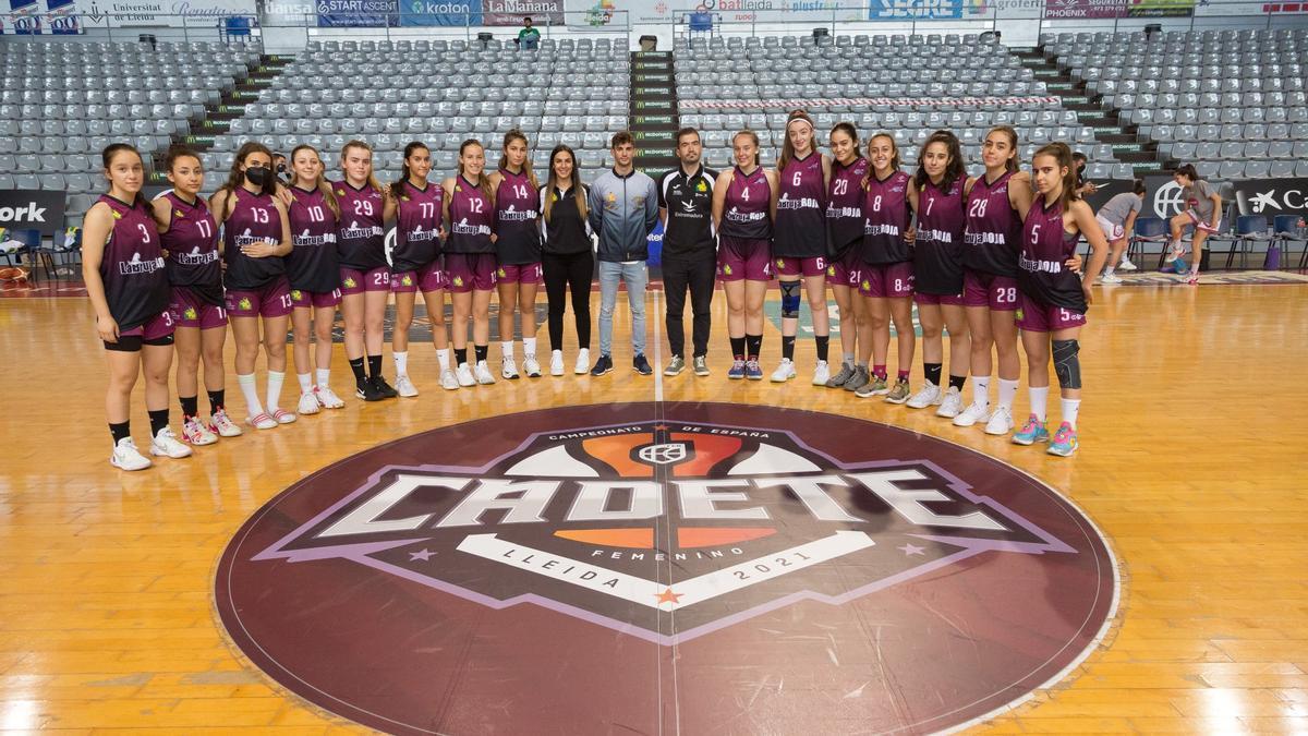 El equipo cacereño, con el cuerpo técnico, en Lleida.