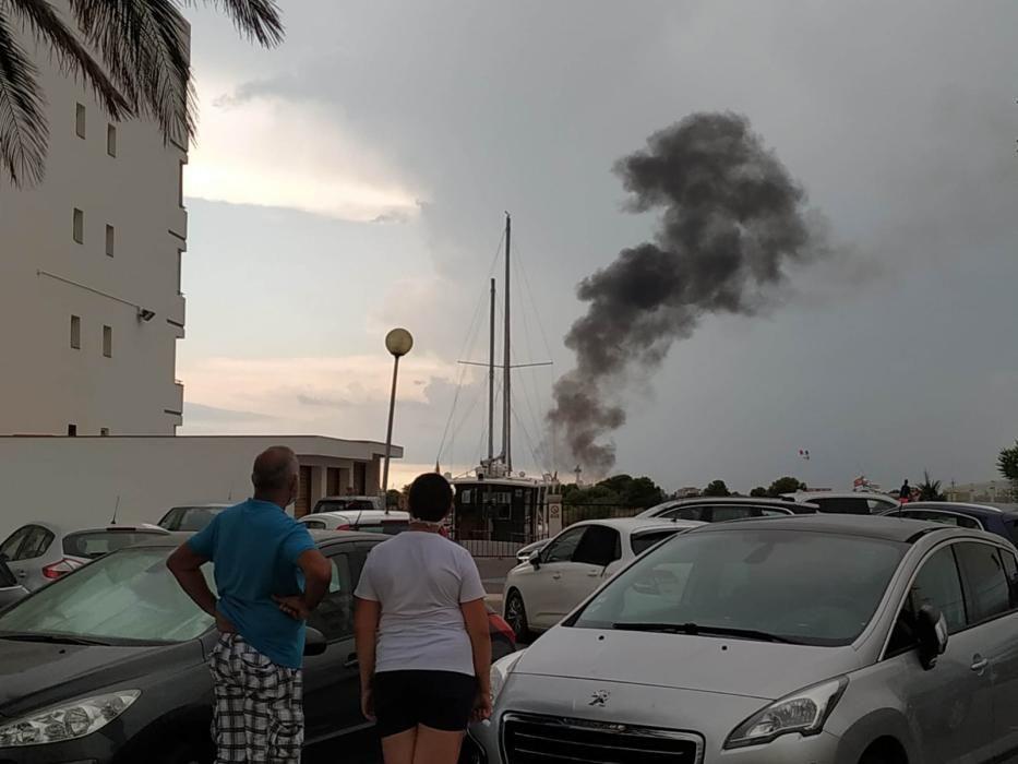 Espectacular incendi en un vaixell d''Empuriabrava