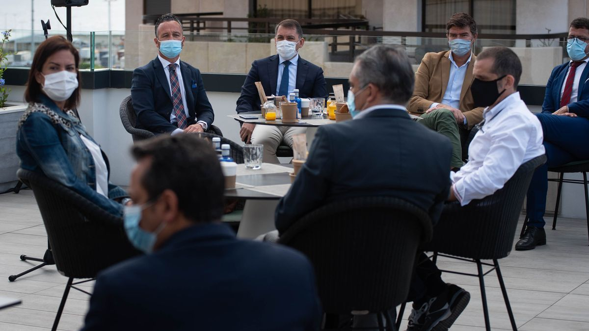 Un momento de la reunión celebrada entre el Ayuntamiento de la capital, empresas portuarias y Ashotel.