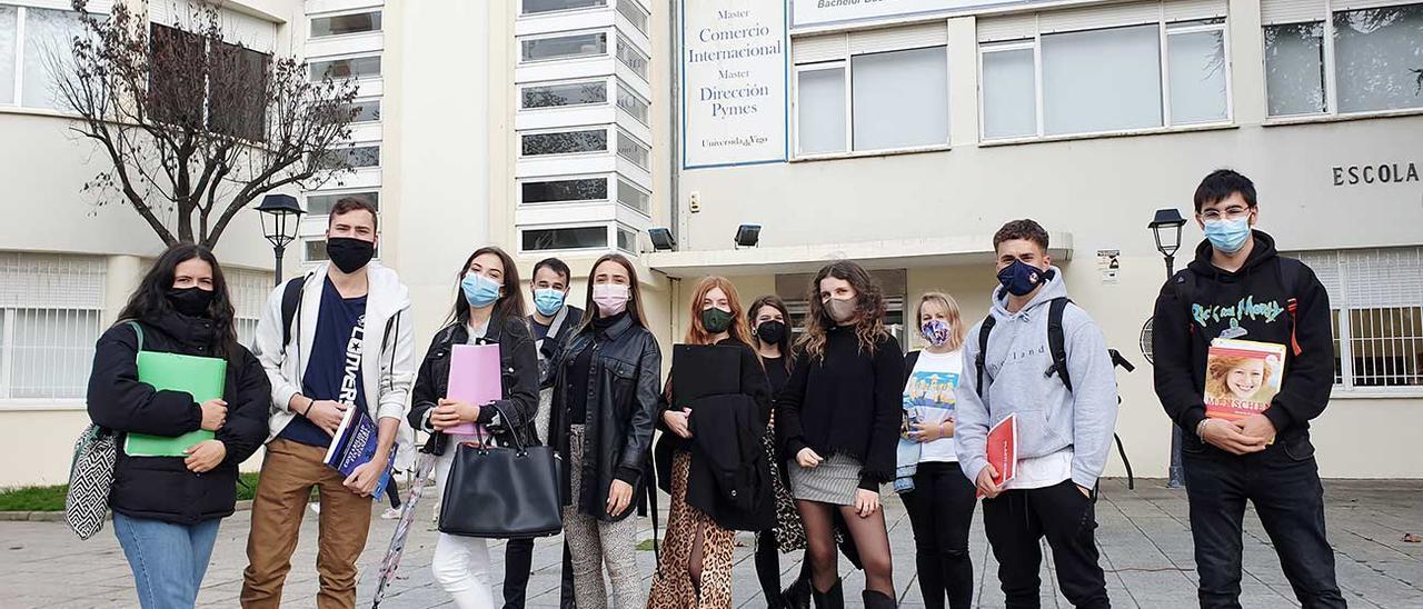 Estudiantes de la Facultad de Econonómicas en Vigo, alas puertas de la facultad