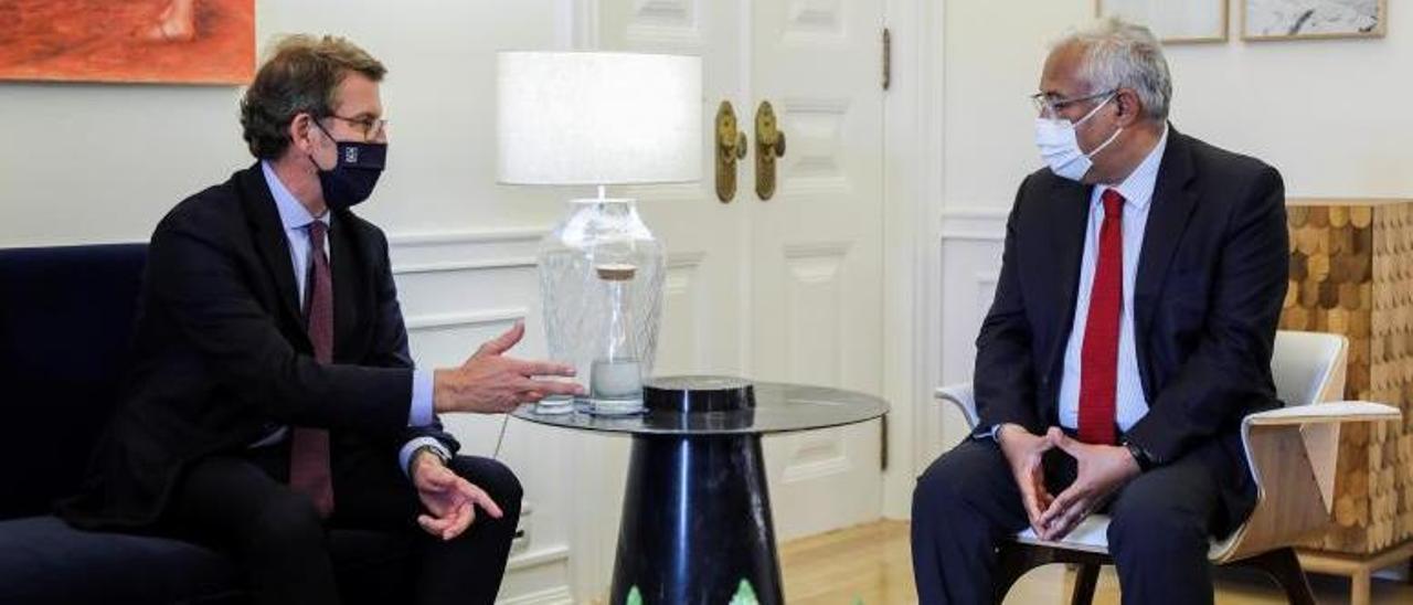Alberto Núñez Feijóo con el primer ministro de Portugal, Antonio Costa, ayer, en Lisboa. |   // EFE