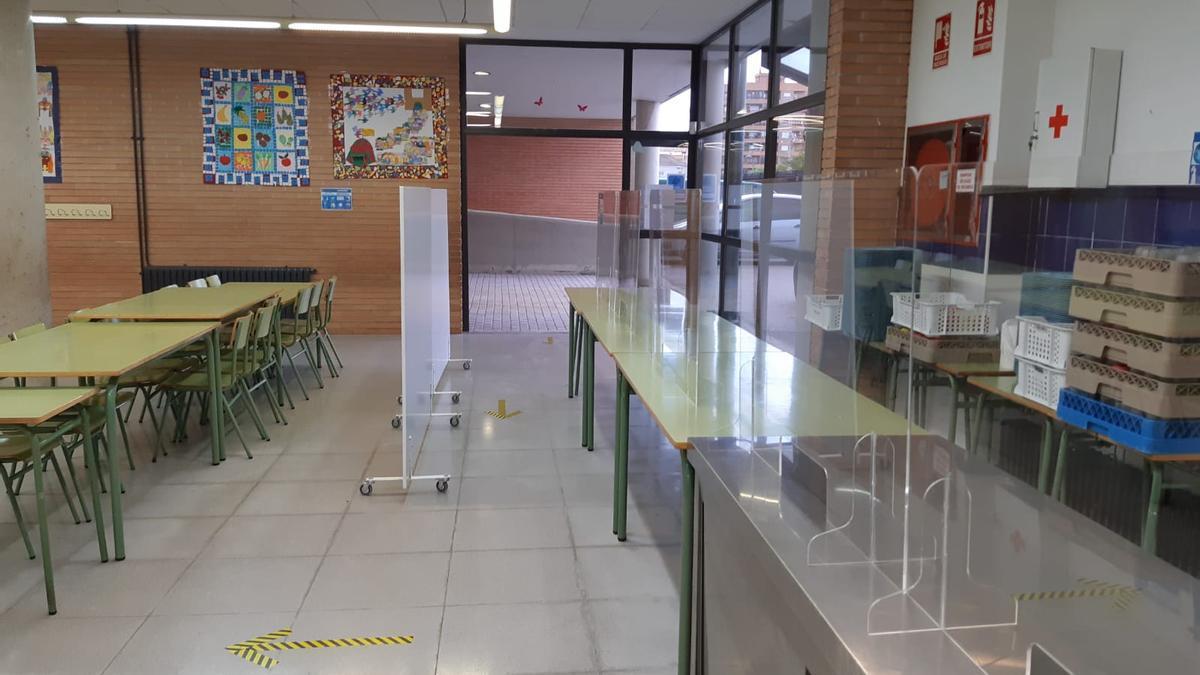 Comedor escolar del colegio de Benimaclet con pantallas.