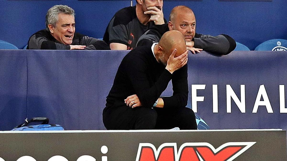 Guardiola, pensativo, durante el partido ante el Chelsea en O Dragao.