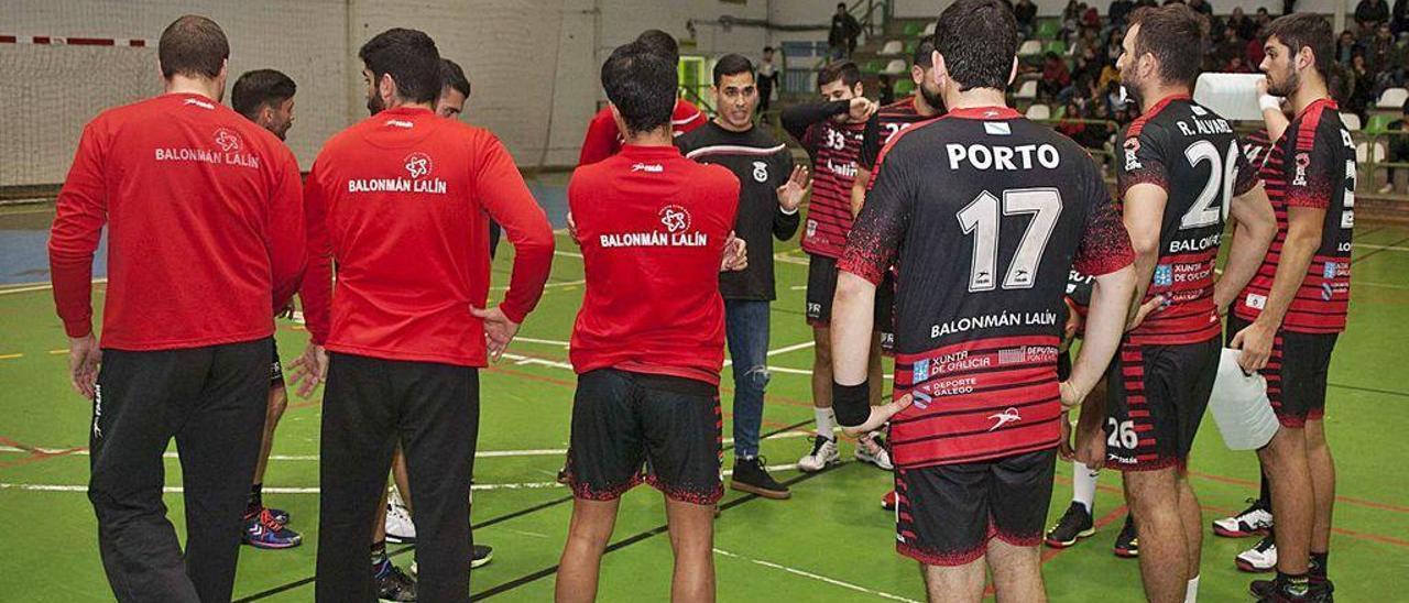 Pablo Cacheda imparte instrucciones a los jugadores del Lalinense en un duelo' anterior.