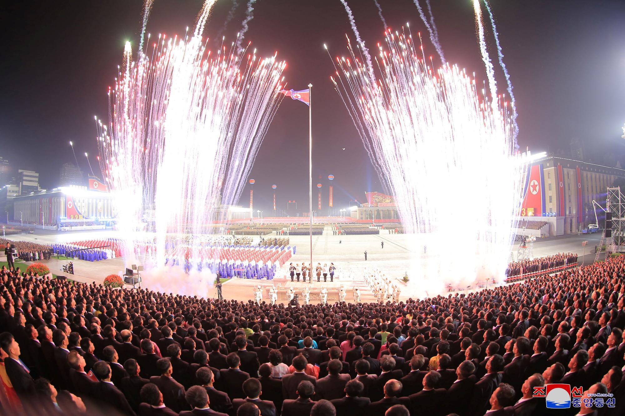 Desfile militar en Corea del Norte por el 73 aniversario del país