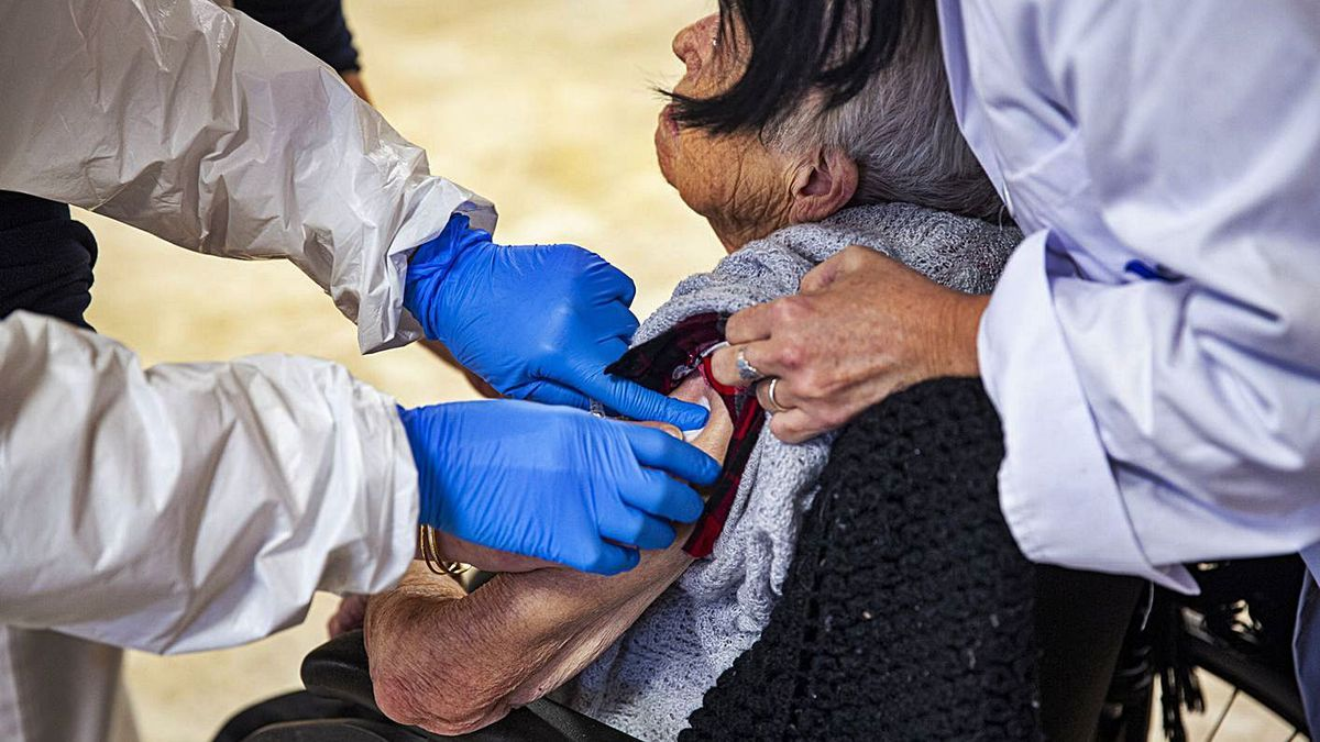 Vacunación a los residentes de uno de los geriátricos de la provincia de Alicante.