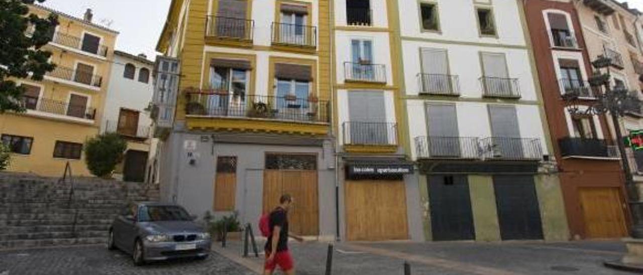 Alojamientos turísticos en la plaza del Mercat de Xàtiva.